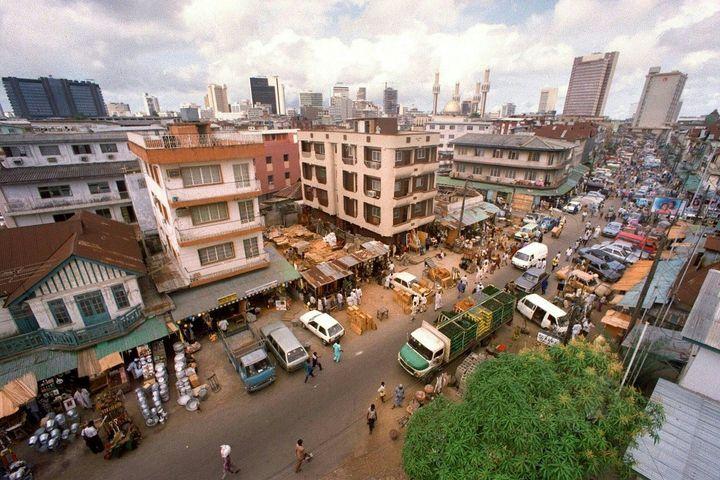 Vue du marché de Jankara à Lagos (Nigeria) en 1991. Lagos est la seconde ville la plus peuplée d'Afrique après Le Caire en Egypte. (DERRICK CEYRAC / AFP FILES)