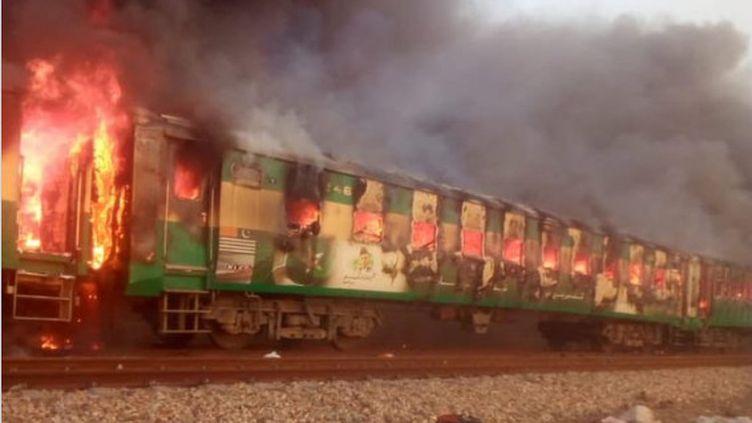 Un incendie s'est déclaré jeudi 31 octobre 2019 à bord d'un train de passagers dans la province du Pendjab au centre du Pakistan. (CAPTURE D'ÉCRAN / TWITTER)