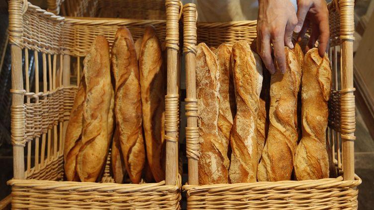 A Nîmes (Gard), le prix de la baguette oscille entre 80 et 90 centimes d'euro. La boulangerie discount propose du pain à moitié prix, à 40 centimes d'euro. (VINCENT KESSLER / REUTERS)