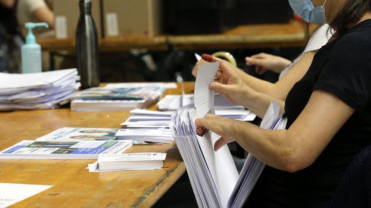 Des volontaires effectuent la mise sous pli des professions de foi des candidats pour le 2e tour des élections départementales, le 23 juin à Colmar. Photo d'illustration. (VANESSA MEYER / MAXPPP)