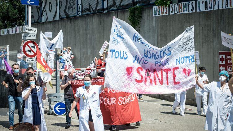Le 21 mai 2020, des medecins et soignants de l'hopital Robert-Debre a Paris manifestent pour reclamer plus de moyens pour l'hopital public. (OLIVIER DONNARS / LE PICTORIUM / MAXPPP)