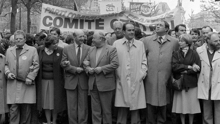 Les responsables du Parti communiste, dontGeorges Marchais (quatrième en partant de la droite), participent au défilé de la CGT lors de la manifestation du 1er-Mai à Paris, le 1er mai 1982. (PIERRE GUILLAUD / AFP)