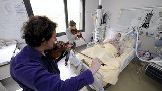 Des violonistes jouent au chevet des patients au service réanimation des urgences de l'hôpital Purpan à Toulouse. (MAXPPP)