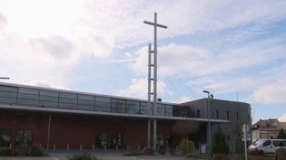 Un rassemblement évangéliste à Mulhouse (Haut-Rhin) à la mi-février aurait fortement participé à la propagation du coronavirus Covid-19 en France. Environ 2 500 personnes s'étaient réunies pour prier, véhiculant ainsi le virus. Depuis, 17 fidèles sont décédés. (FRANCE 3)