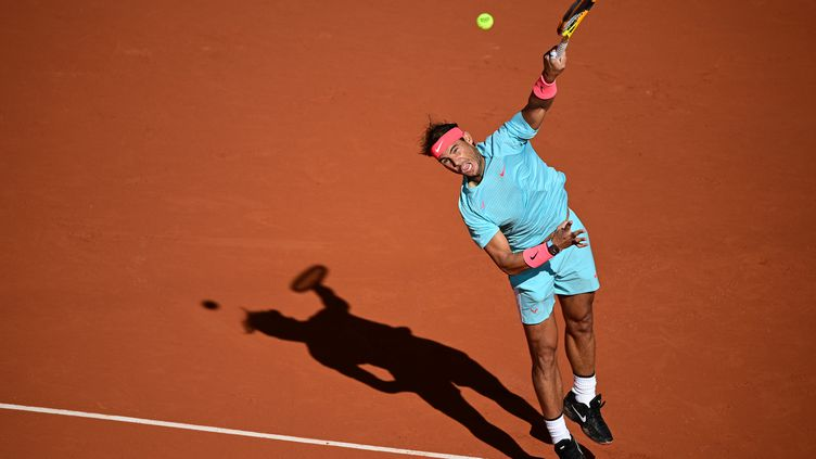 Rafael Nadal au service lors de son huitième de finale. (MARTIN BUREAU / AFP)
