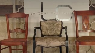 Dans les Landes, des bâtiments traditionnels abritent une fabrique de chaises dirigée par deux sœurs. Un savoir-faire familial et local qui connait encore aujourd'hui un grand succès. (FRANCE 2)