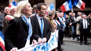 Marine Le Pen (G.) et Florian Philippot, respectivement présidente et vice-président du Front national, lors du traditionnel défilé du parti à Paris, le 1er mai 2013. (ERIC FEFERBERG / AFP)
