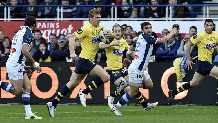 Clermont et Castres ont offert un gros duel pour le dernier match de l'année. (THIERRY ZOCCOLAN / AFP)