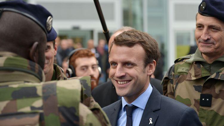 Emmanuel Macron visite le centre commercial de la Défense Les 4 Temps, près de Paris, le 25 novembre 2015. (ERIC PIERMONT / AFP)
