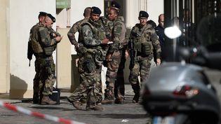 Des militaires français sur le le lieu où un véhicule a renversé six militaires de l'opération Sentinelle, mercredi 9 août à Levallois-Perret (Hauts-de-Seine). (STEPHANE DE SAKUTIN / AFP)