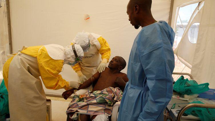 Un patient touché par Ebola traité dans un centre médical à Beni(République démocratique du Congo), le 31 mars 2019. (BAZ RATNER / REUTERS)