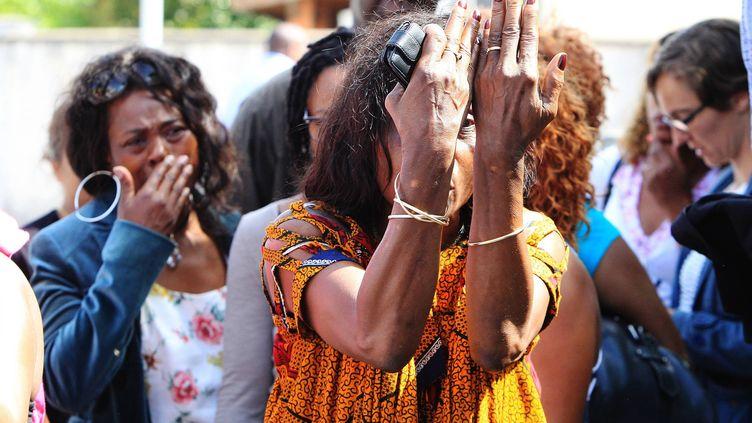 Des proches de la famille d'Erane et Andy, découverts dans une piscine à Eysines (Gironde), le 26 juin 2012. (GUILLAUME BONNAUD / MAXPPP)