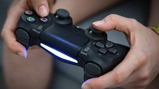 Une adolescente joue à un jeu vidéo. Photo d'illustration. (BERTRAND GUAY / AFP)