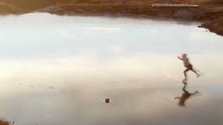 En Savoie, les températures négatives ont fait geler les lacs, début décembre. Des patineurs en ont profité pour s'entraîner sur la glace. (France 3)