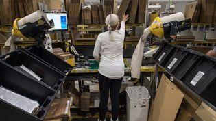 Une employée d'Amazon dans l'entrepôt de Peterborough (Grande-Bretagne), le 15 novembre 2017. (CHRIS J RATCLIFFE / AFP)