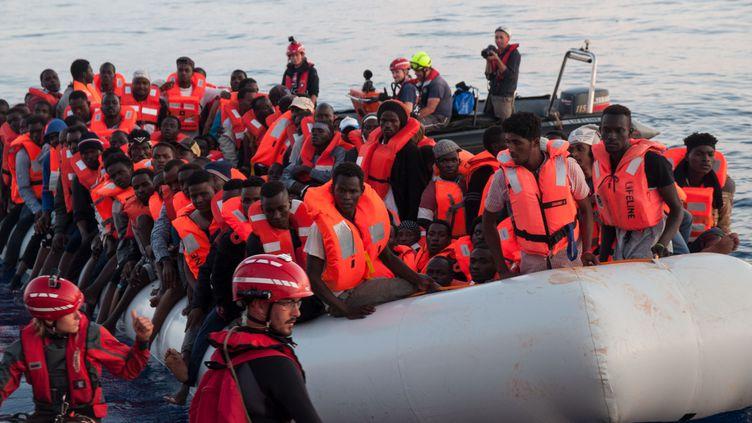 Des migrants sur un bateau de sauvetage, avant leur embarquement sur le navire Lifeline, le 22 juin 2018. (AFP PHOTO / HERMINE POSCHMANN / MISSION LIFELINE)