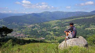 Un randonneur près du col du Wettstein, en Alsace, le 30 juin 2021. (VANESSA MEYER / MAXPPP)