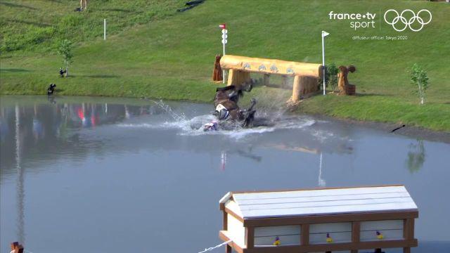 Le concours de saut d'obstacles du Thaïlandais Arinadtha Chavatanont s'est arrêté prématurément. Son cheval, Boleybawn Prince a atterri la tête la première dans l'étang. Rassurez-vous, tout le monde va bien !