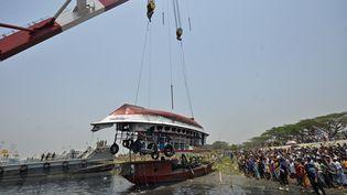 Les secours procèdent au renflouement d'un ferry après un naufrage meurtrier dans la rivièreShitalakhsya, au Bangladesh, lundi 5 avril 2021. (MUNIR UZ ZAMAN / AFP)
