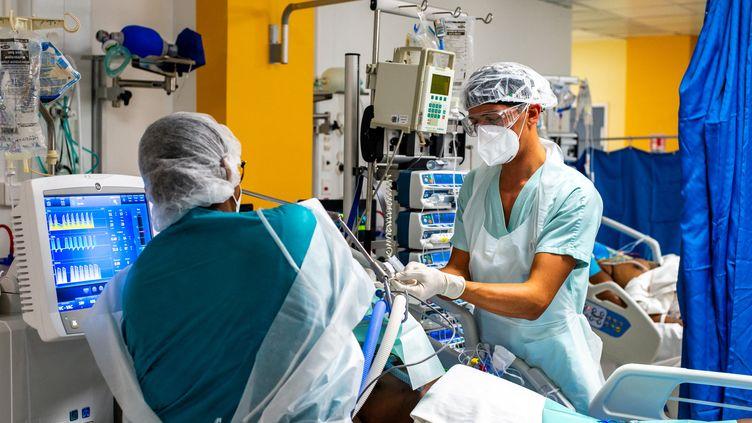 Des infirmières travaillent dans le service de soins intensifs du CHU de Pointe-à-Pitre (Guadeloupe), le 24 septembre 2020. (LARA BALAIS / AFP)