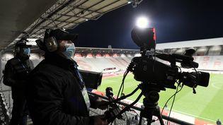 Un caméraman lors d'un match de Ligue 1, en octobre 2020près de Nancy. (ALEXANDRE MARCHI / MAXPPP)