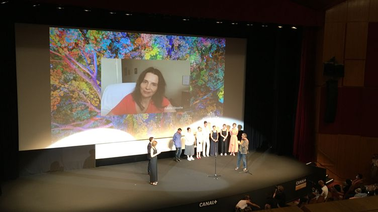 """La comédienne Juliette Binoche échange par Skype avec l'équipe du film """"Ouistreham"""" au cours de la soirée d'ouverture de la Quinzaine des Réalisateurs le 8 juillet 2021. (LCA / FRANCEINFO CULTURE)"""