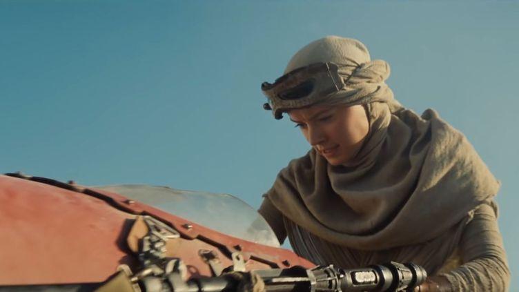 """Rey, personnage de """"Star Wars : Le Réveil de la Force"""", dans une scène issue de la première bande-annonce du film. (STAR WARS / YOUTUBE)"""