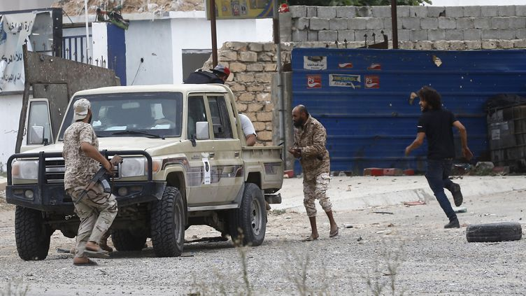 Des combattants des forces loyalistes du GNA se déployent dans un quartier de Tripoli le 21 mai 2019. (MAHMUD TURKIA / AFP)