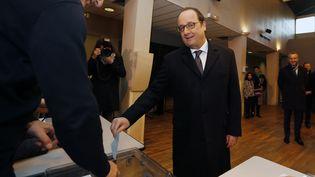 François Hollande vote à Tulle (Corrèze), pour le second tour des élections régionales, dimanche 13 décembre 2015. (REGIS DUVIGNAU / REUTERS)
