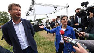 Le député du parti écologiste Les Verts Yannick Jadot et l'ancienne porte-parole du parti écologiste Sandrine Rousseau, lors des Journées d'été EELV à Poitiers (Vienne), le 19 août 2021. (MEHDI FEDOUACH / AFP)