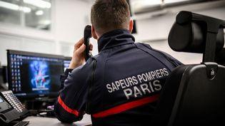Un sapeur-pompier répond au téléphone dans un centre d'appels à Paris, le 24 janvier 2019. (PHILIPPE LOPEZ / AFP)