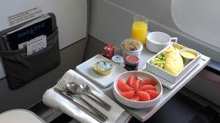 Un petit-déjeuner présenté lors d'une visite d'un A319 d'Air France, le 18 mars 2015. (ERIC PIERMONT / AFP)