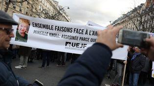 Une banderole en mémoire de Mireille Knoll, lors de la marche blanche, le 28 mars 2018, à Paris. (MAXPPP)