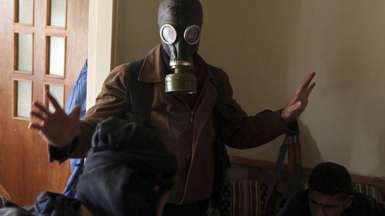 Un combattant de l'Armée syrienne libre équipé de masque à gaz, non loin de Damas, le 27 janvier 2013. (GORAN TOMASEVIC / REUTERS)