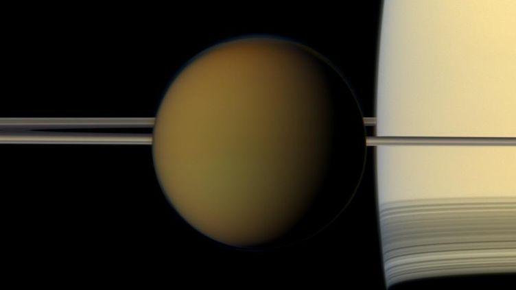Imagedu satellite Titan qui passe devant Saturne et son anneau, issuede la mission Cassini. (NASA / JPL / SPACE SCIENCE INSTITUTE)