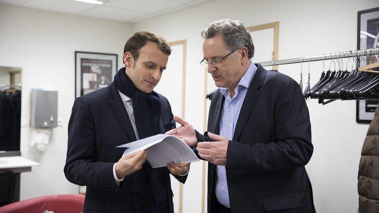 Emmanuel Macron et Richard Ferrand, le 16 janvier 2017 à Quimper (Finistère), dans une loge après un meeting. (MAXPPP)