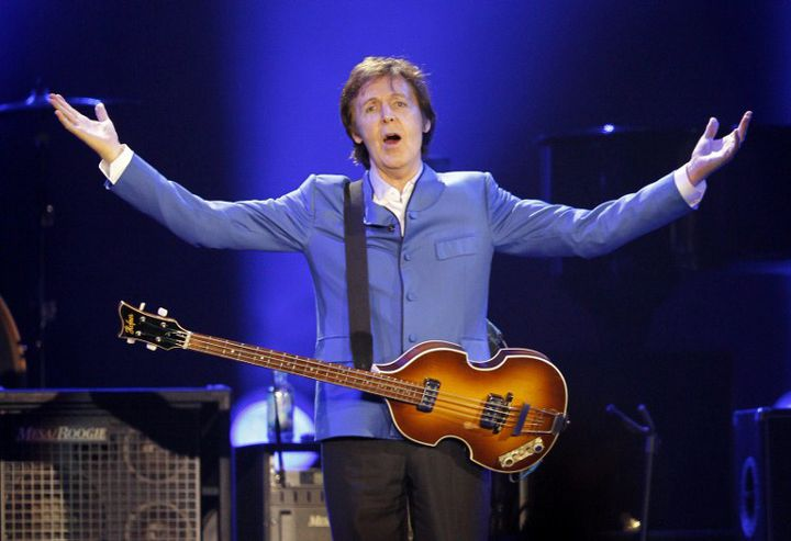 Paul McCartney, le 30 novembre 2011 à Paris-Bercy. (PATRICK KOVARIK / AFP)