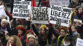 Des soutiens de Jacqueline Sauvage participent à une manifestation sur la place de la Bastille, à Paris, le 23 janvier 2016. (PATRICE PIERROT / AFP)