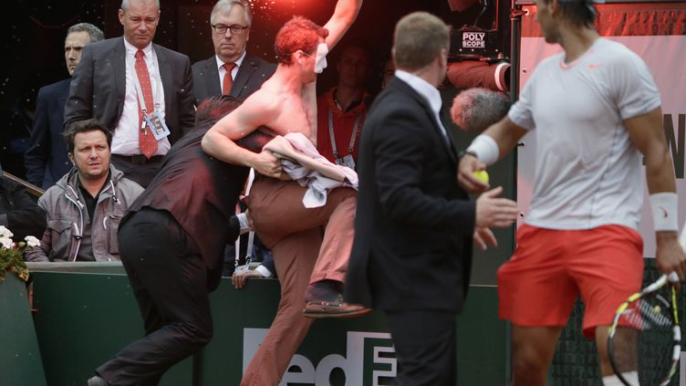Un opposant au mariage pour tous perturbe la finale de Roland-Garros, le 9 juin 2013, à Paris. (KENZO TRIBOUILLARD / AFP)