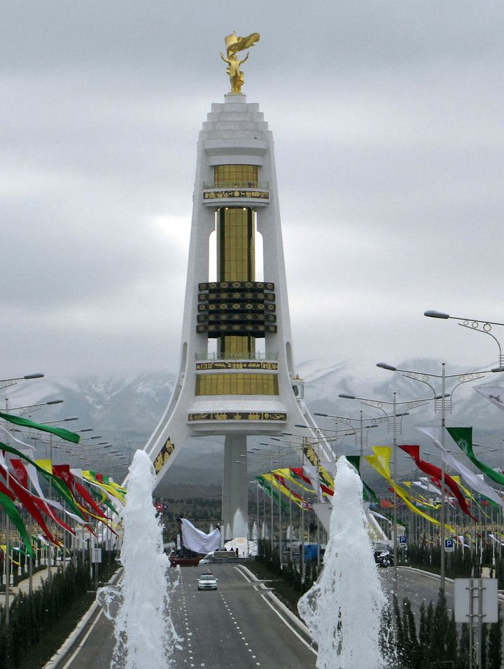 La statue érigée à la demande et en l'honneur du précédent président du TurkménistanSaparmurat Niyazov, àAchkhabad. (IGOR SASIN / AFP)