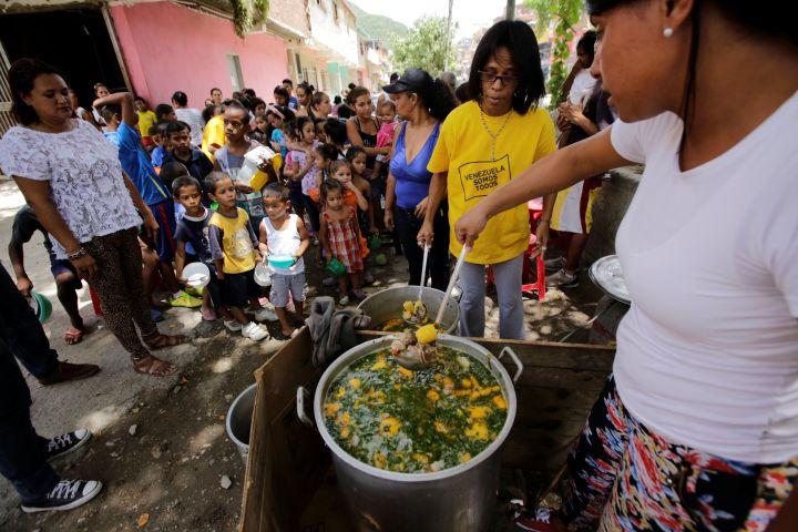 Distribution gratuite de nourriture dans le quartier de Caucaguita, à Caracas, le 17 septembre 2016. (HENRY ROMERO / REUTERS)