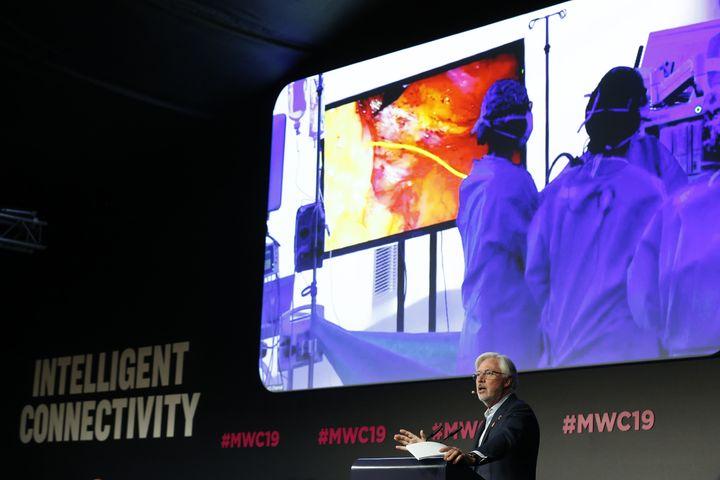 Le docteur Antonio de Lacy donnant ses instructionsen direct lors d'une opération réalisée à 5 kilomètres duMobile World Congress (MWC) à Barcelona (Espagne). (PAU BARRENA / AFP)