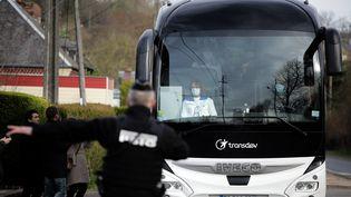 Un bus transportant 34 citoyens français rapatriés de Wuhan arrive le 21 février 2020 à Branville(Calvados)pour y être mis en quarantaine. (LOU BENOIST / AFP)