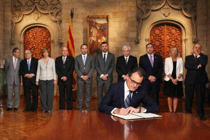 Artur Mas, chef du gouvernement catalan, signe un décret ouvrant la voix à un référendum d'indépendance, samedi 27 septembre à Barcelone (Espagne). (JORDI BEDMAR / POOL)