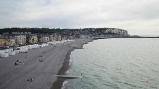Mers-les-Bains dans la Somme fut l'une des grandes stations balnéaires à la mode du XIXe siècle. Avec mer ces cabines colorées et ses cabines de plages rétro, Mers-les-Bains est une véritable destination de charme. (FRANCE 2)