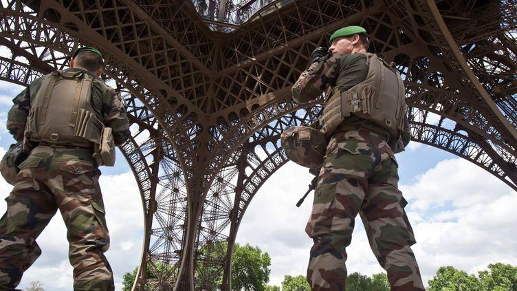 Certains militaires dénoncent leurs conditions difficiles de travail alors qu'Emmanuel Macron demande à l'armée de faire 850 millions d'euros d'économie cette année. (MICHEL EULER / POOL)