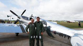 Les aviateurs britanniquesSteve Brooks (à g.) et Matt Jones (à dr.) devant le Silver Spitfire avant son décollage à Chichester, dans le sud de l'Angleterre (Royaume-Uni), le 5 août 2019. (ADRIAN DENNIS / AFP)