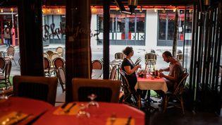 Les salles intérieures des cafés et restaurants sont de nouveau autorisées à Paris et en Île-de-France, le 15 juin 2020 (photo illustration). (MARTIN BUREAU / AFP)