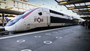 Un TGv Inoui en gare de Toulon (Var), le 6 octobre 2021. (MAGALI COHEN / HANS LUCAS / AFP)