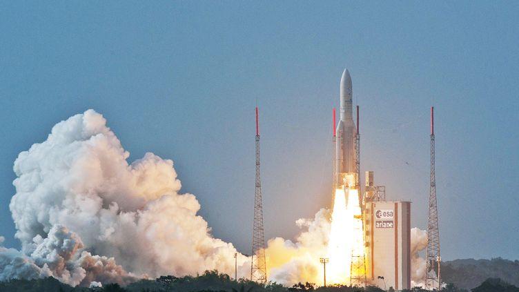 La fusée Ariane 5 décolle, le 26 avril 2015 à Kourou (Guyane). (S MARTIN / ESA-CNES-ARIANESPACE / AFP)